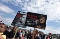 Merkel pleaca protest