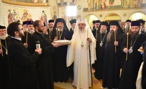 patriarhul Daniel si alti preoti