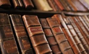 Biblia biblioteca carti