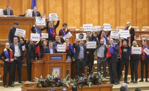Inquam PNL și USR protest in parlament