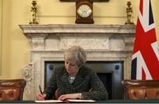 Theresa May semnează Brexit