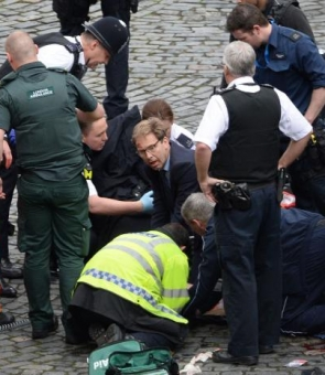 deputat resusciteaza politist Londra