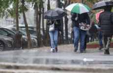 ploaie umbrele oameni pe strada