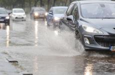 trafic ploaie masini balta apa