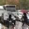 pietoni trafic masini ploaie umbrele
