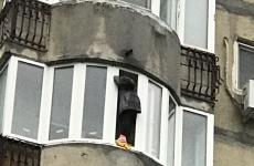 femeie balcon ISU