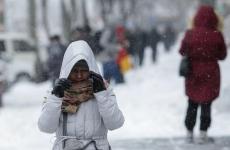 oameni pe strada iarna frig viscol