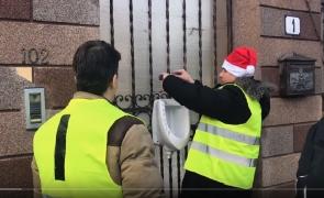 Protestatarii #Rezist au legat de poarta lui Bădălău un closet