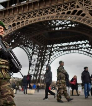 Turnul Eiffel, jandarmi/militari