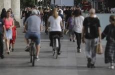 oameni plimbare biciclete