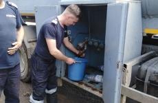 Pompierii hunedoreni distribuie apă potabilă pentru 60 de familii din localităţile din comuna Vaţa de Jos care au fost inundate