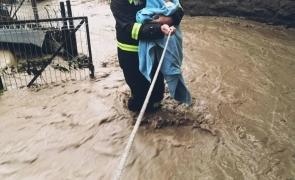 pompier bebelus inundatii