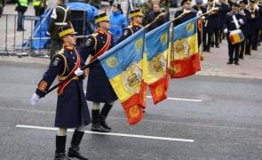 ziua victoriei steaguri soldati
