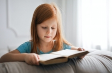 fetiță cărți