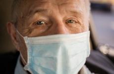 bătrân mască coronavirus
