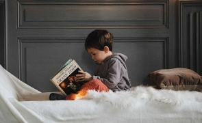 copil citeste lectura carte
