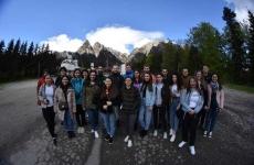 Studenți oameni munte biserica multime tineret Mănăstirea Caraiman
