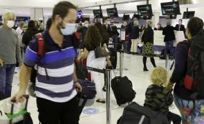 aeroport oameni multime