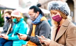 oameni masca telefon internet
