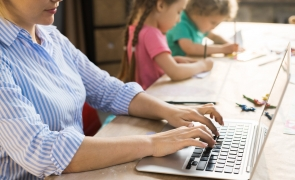 mama laptop work from home lucru de acasa copii parinte