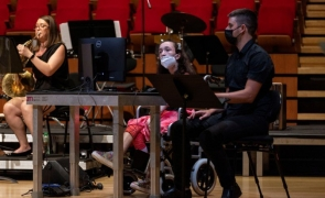 tanara cu dizabilitati canta la harpa