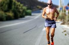 sport activitati fizice alergat barbat canicula vara
