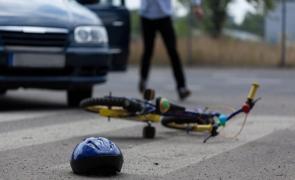 accident pe trecerea de pietoni copil bicicleta masina