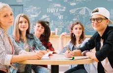 adolescenti elevi tineri